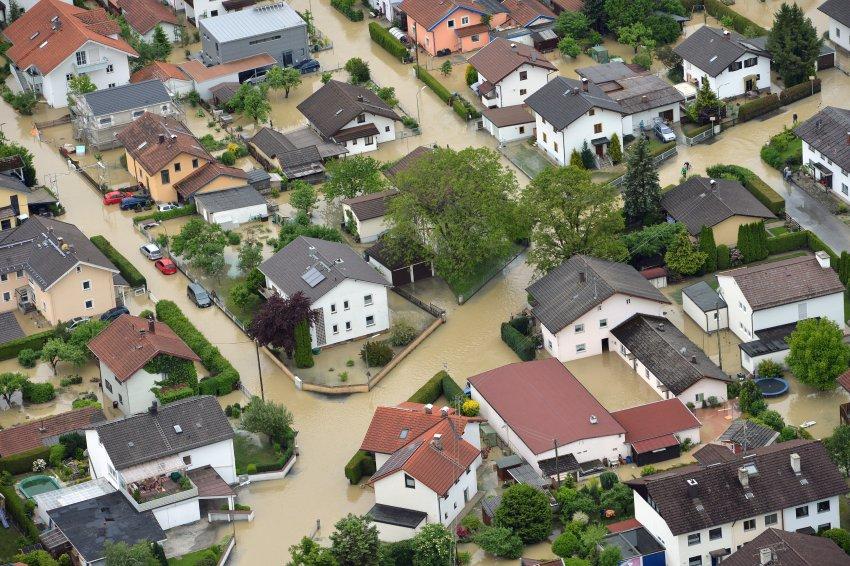 Überflutet sind am 03.06.2013 weite Teile der Ortschaft Kolbermoor bei Rosenheim (Bayern). Die Hochwasserlage in Bayern hat sich am Montag (03.06.2013) weiter zugespitzt. Foto: Peter Kneffel/dpa +++(c) dpa - Bildfunk+++