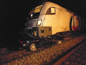 PKW unter Zug